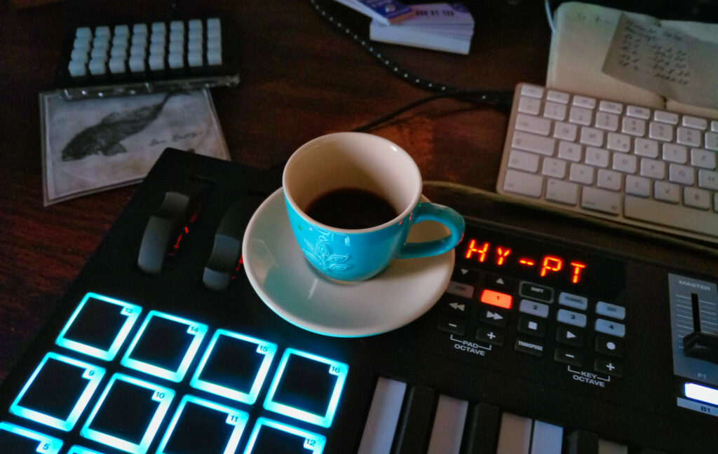 Keyboard und Mokkapresso – Dadanaut